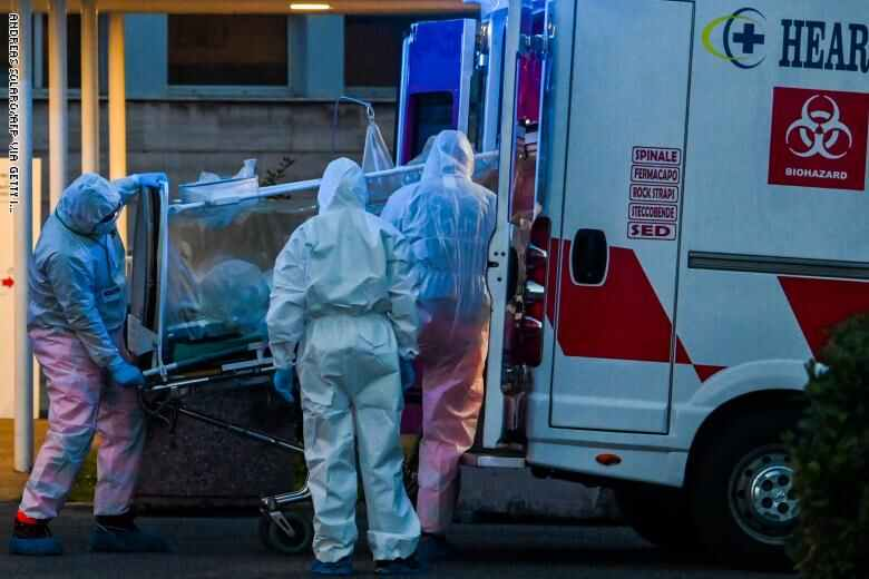 """اودى وباء كورونا المستجد ب627 شخصا في ايطاليا في الساعات ال24 الاخيرة في عدد قياسي جديد، يرفع حصيلة الوفيات الى أكثر من 4 آلاف في هذا البلد الاكثر تضررا في العالم، وفق ما اعلن الدفاع المدني اليوم. وسجلت في منطقة لومبارديا في شمال البلاد 381 وفاة اضافية (2549 وفاة اجمالا). وفي كامل البلاد، تم احصاء 6 آلاف اصابة جديدة وهو عدد غير مسبوق. وقال مسؤول الدفاع المدني أنجيلو بوريلي: """"تم نصب 679 خيمة حتى اليوم لاستعمالها كمراكز فرز أولي لتسهيل مهام الفرق الصحية التي تواجه صعوبات كبيرة مع عدد المرضى المتزايد"""". ونقلت وكالة """"آغي"""" عن مدير """"مستشفى سان مارتينو"""" للأمراض المعدية في جنوى قوله إن """"عدد المصابين حتى اليوم لا يمثل سوى قمة جبل الجليد، نحن نواجه وباء فيروسيا لا يُظهر في أغلب الحالات أعراضا أو يظهر أعراضا محدودة"""". أضاف: """"هناك عدد كبير جدا من الناس الذين يتجولون ويحملون الفيروس، وهناك خطر أن ينقلوه إلى الاخرين"""". وبعد صدور دعوات في لومبارديا وكذلك في روما، تدرس الحكومة اللجوء إلى نشر الجيش لتطبيق الاجراءات المقيدة للتنقل لا سيما بعد تسجيل 9500 مخالفة امس الخميس. وعمدت بلديات عدة الى استخدام الطائرات المسيرة لمراقبة تطبيق القيود على التنقلات ورصد التجمعات المخالفة. ومن المنتظر أن يضاف 13 ألف شرطي الى ال7 آلاف المنتشرين حاليا على طرقات المنطقة. وتتحدث وسائل الإعلام الإيطالية عن إصدار مرسوم حكومي يتضمن تدابير جديدة منتصف الأسبوع المقبل."""
